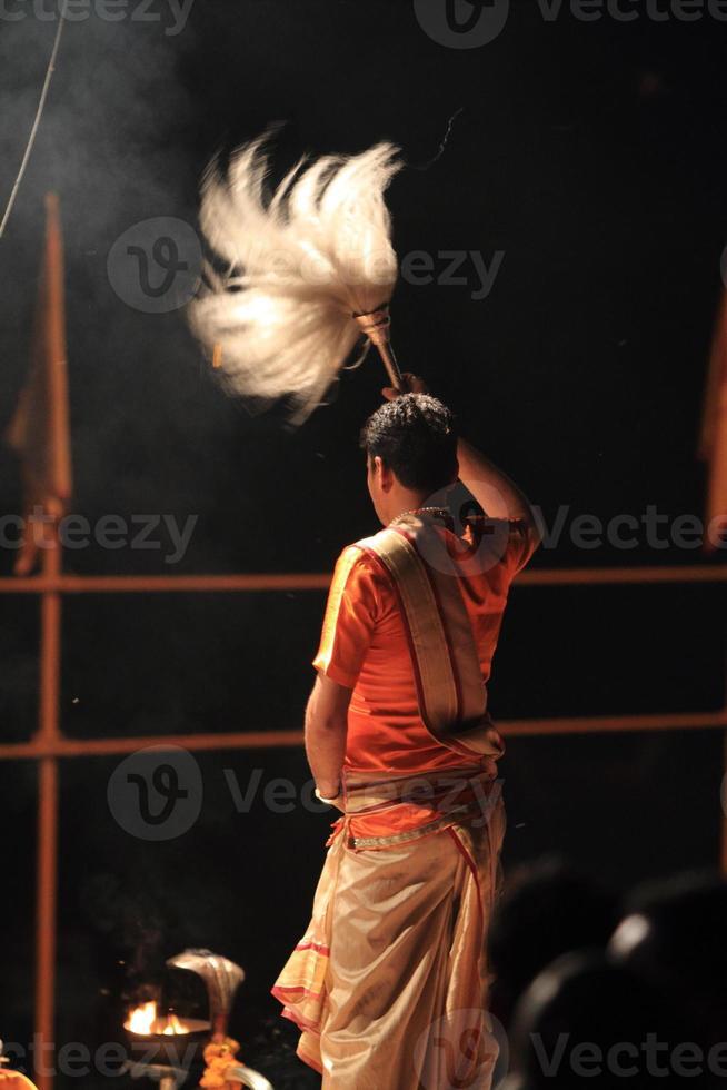 prete indù a varanasi in india foto