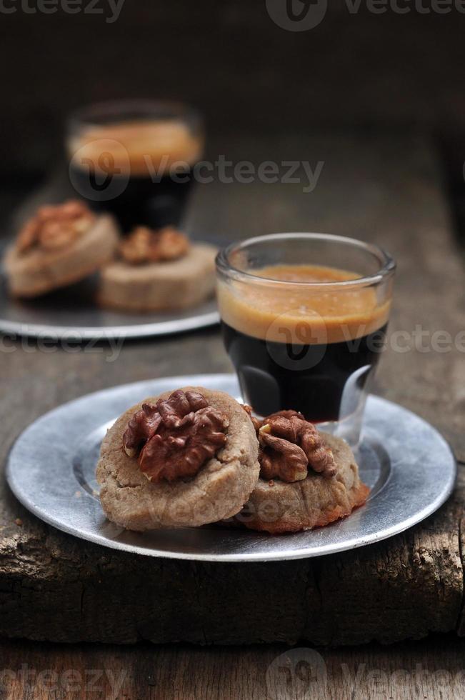 Biscotti di farina di grano saraceno con noci e miele, messa a fuoco selettiva foto