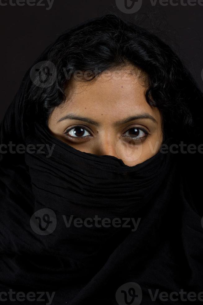 Ritratto di donne asiatiche con la faccia coperta foto