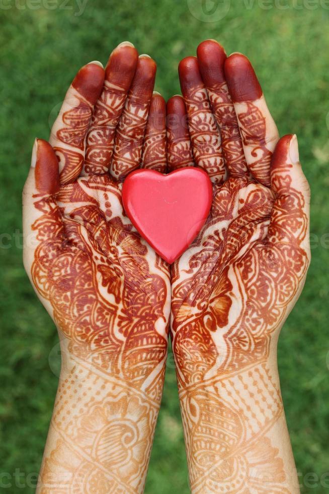 a forma di cuore in mano all'henné foto