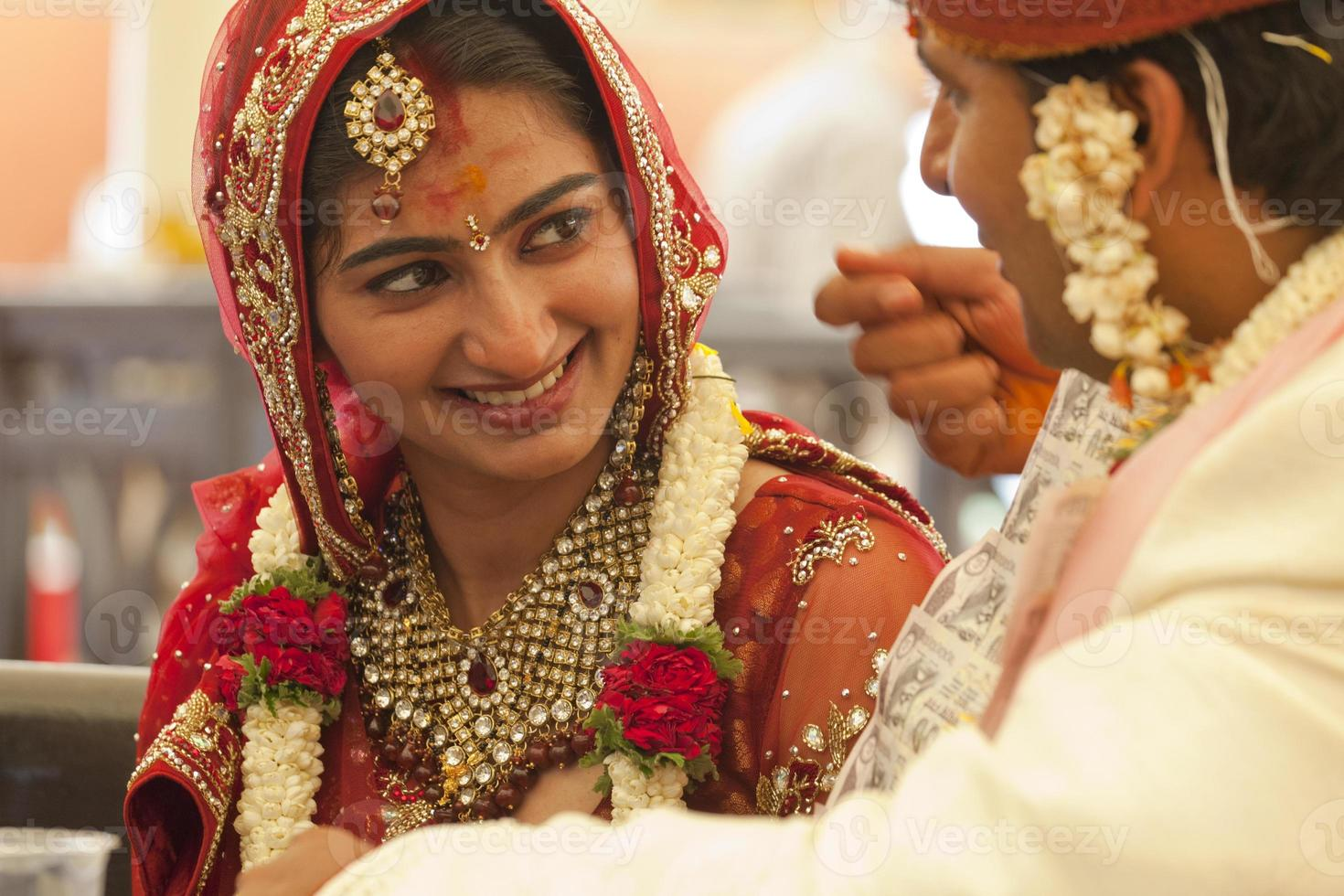 felice coppia indiana al loro matrimonio. foto