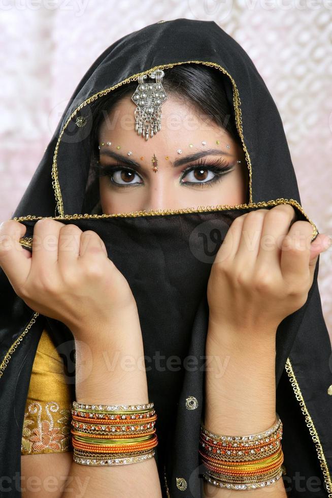 bella ragazza asiatica del brunette con il velo nero sul fronte foto