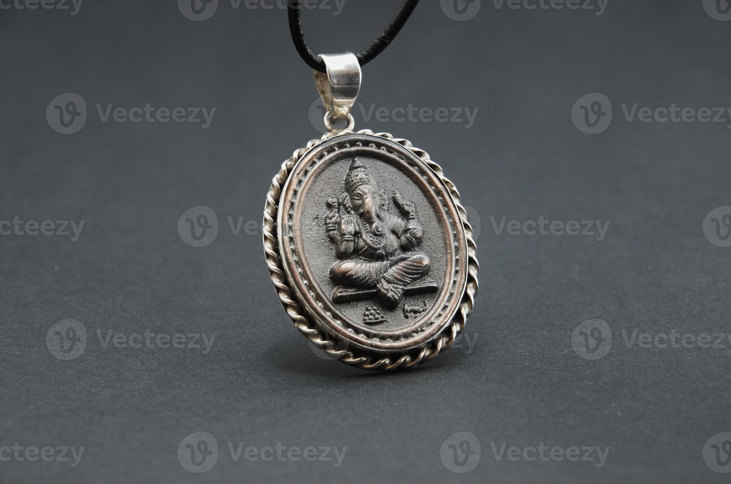arredamento del dio indiano su uno sfondo grigio. foto