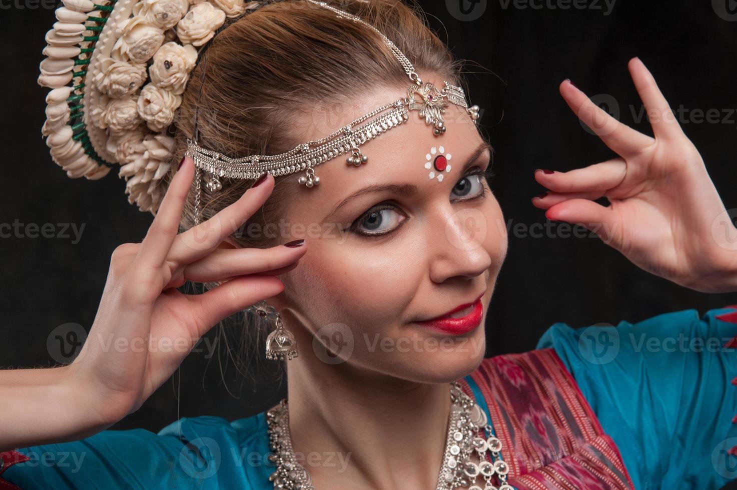 bella ragazza in costume tradizionale foto