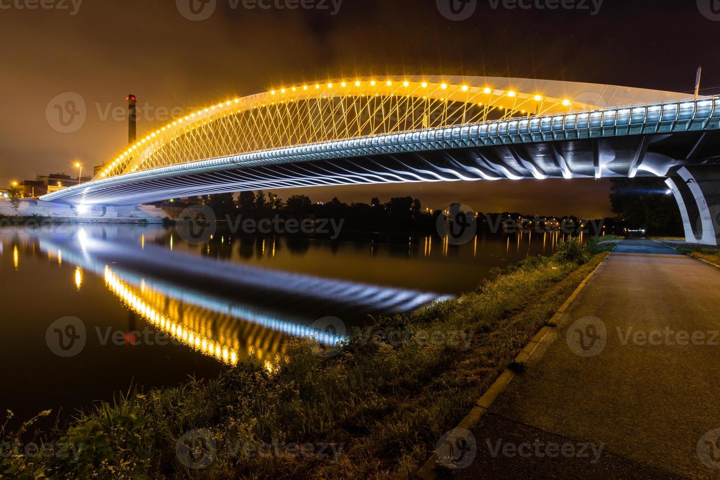 vista notturna del ponte di troja, vltava, praga, repubblica ceca foto