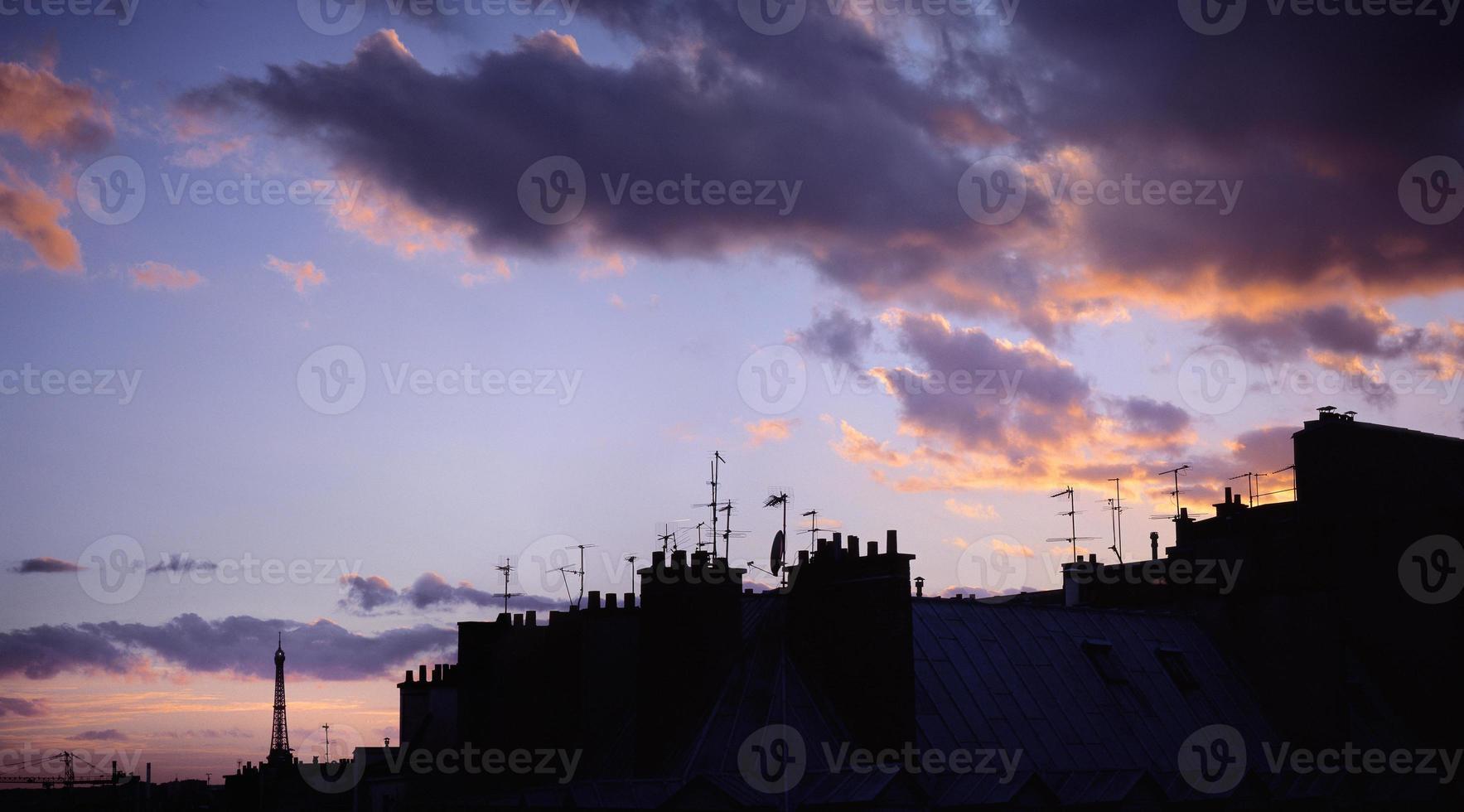 skyline di Parigi con la torre eiffel al tramonto. foto