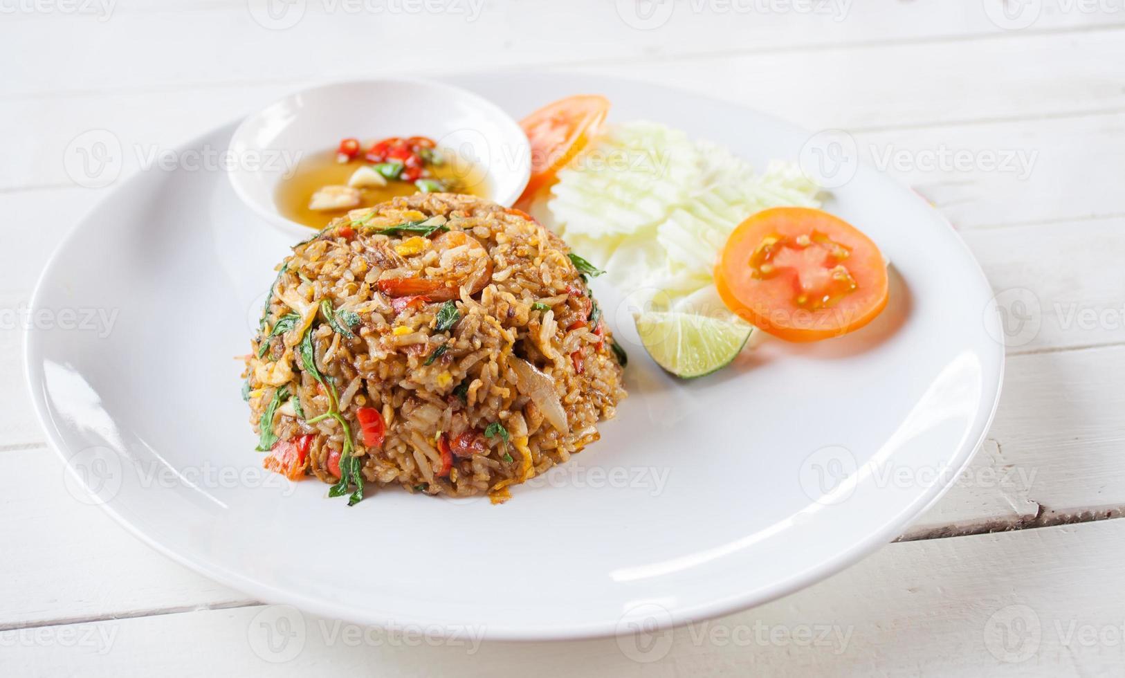 riso fritto con carne di maiale al basilico foto