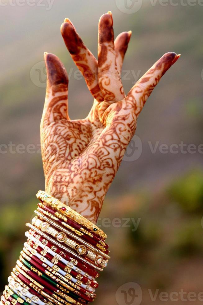 belle mani di una sposa indiana foto
