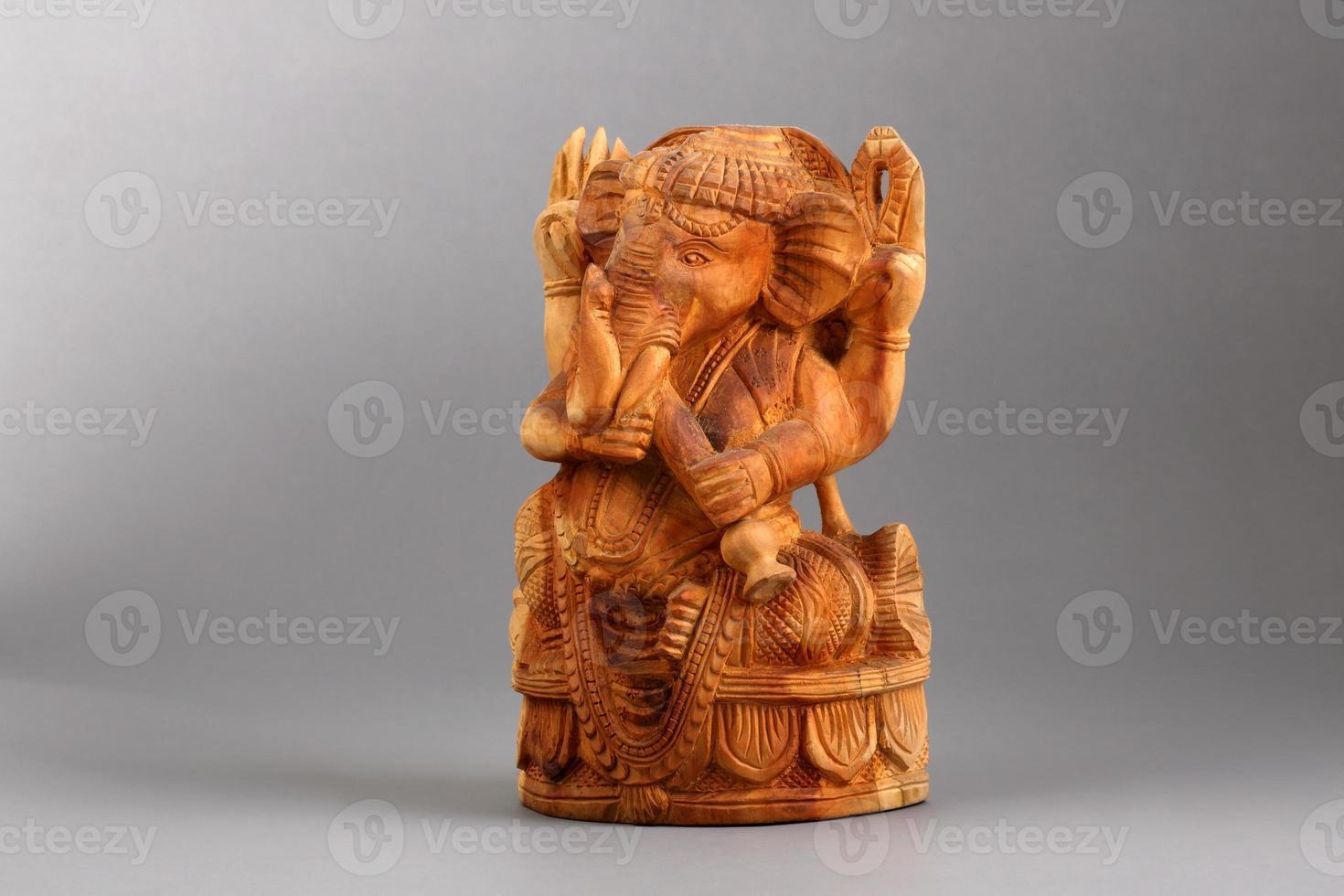sculture in legno di sandalo ganesha isolati su sfondo bianco, el foto