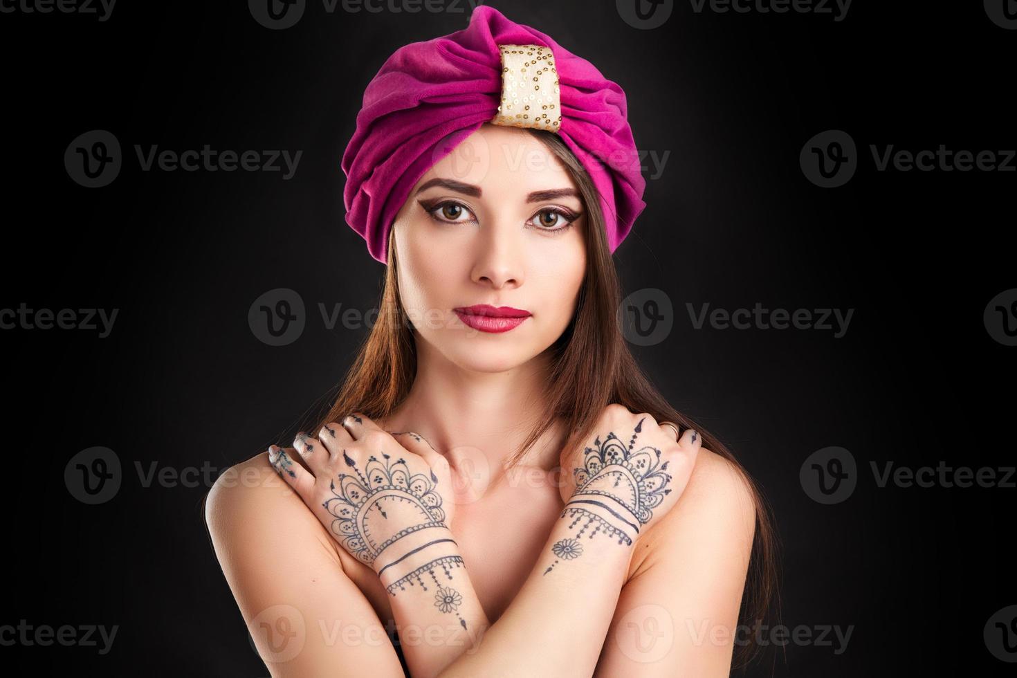 bella donna elegante in stile orientale in turbante foto