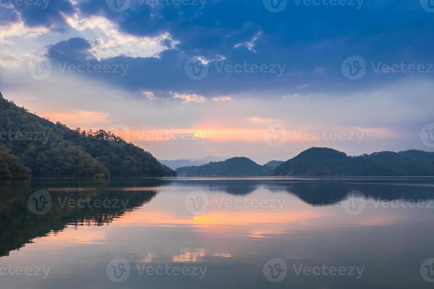 tramonto sul lago di begnas foto