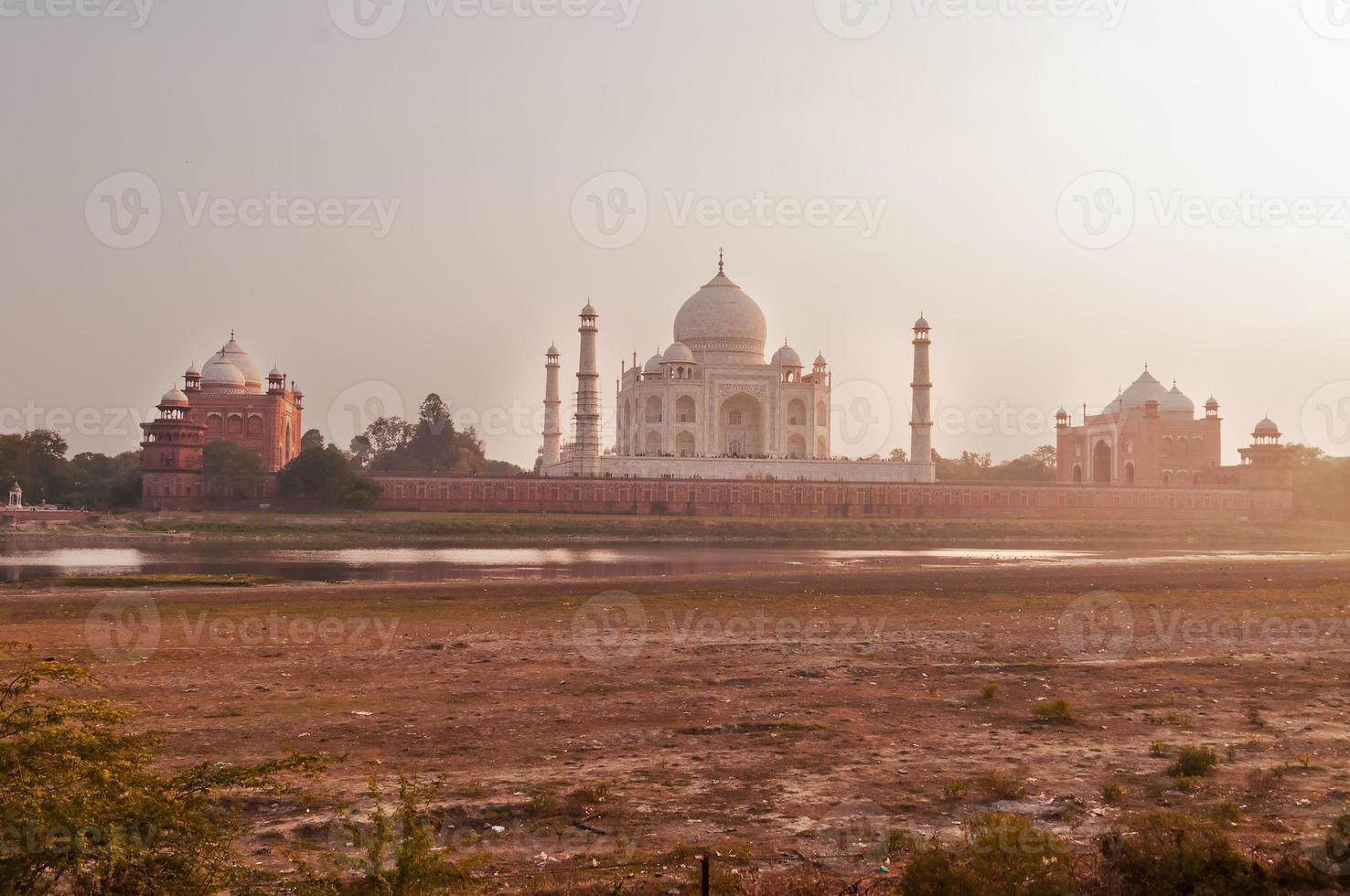 mehtab bagh. vista del Taj Mahal la sera foto