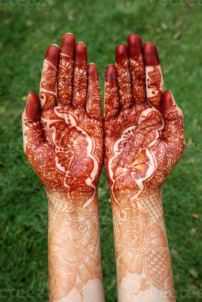 mani di donna con disegno all'henné foto