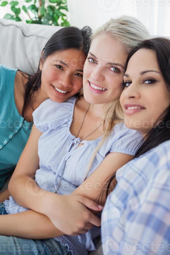 amici felici che sorridono alla macchina fotografica foto