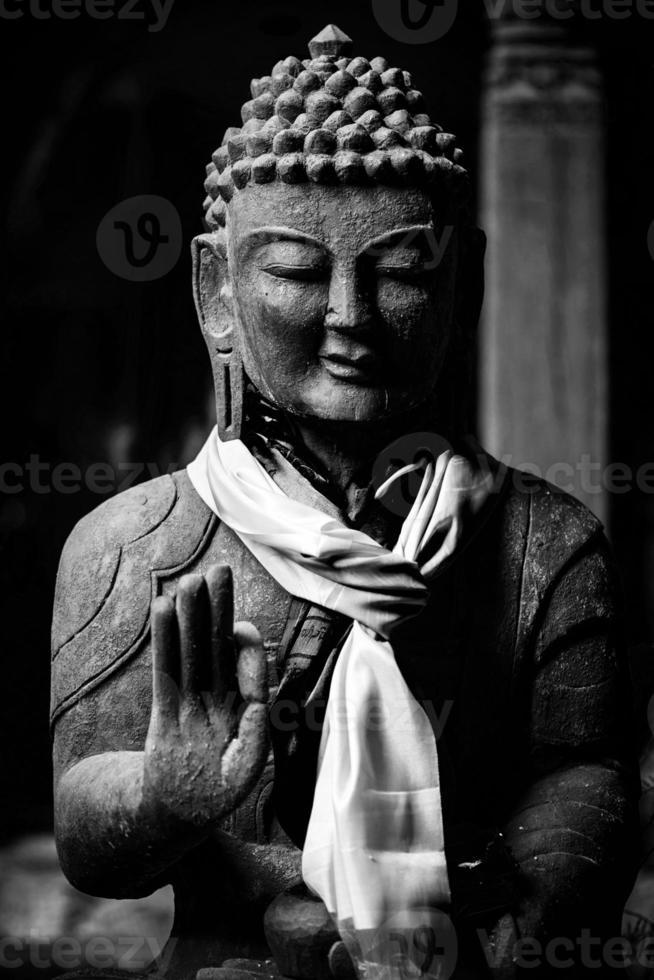 statua di Buddha in bianco e nero foto