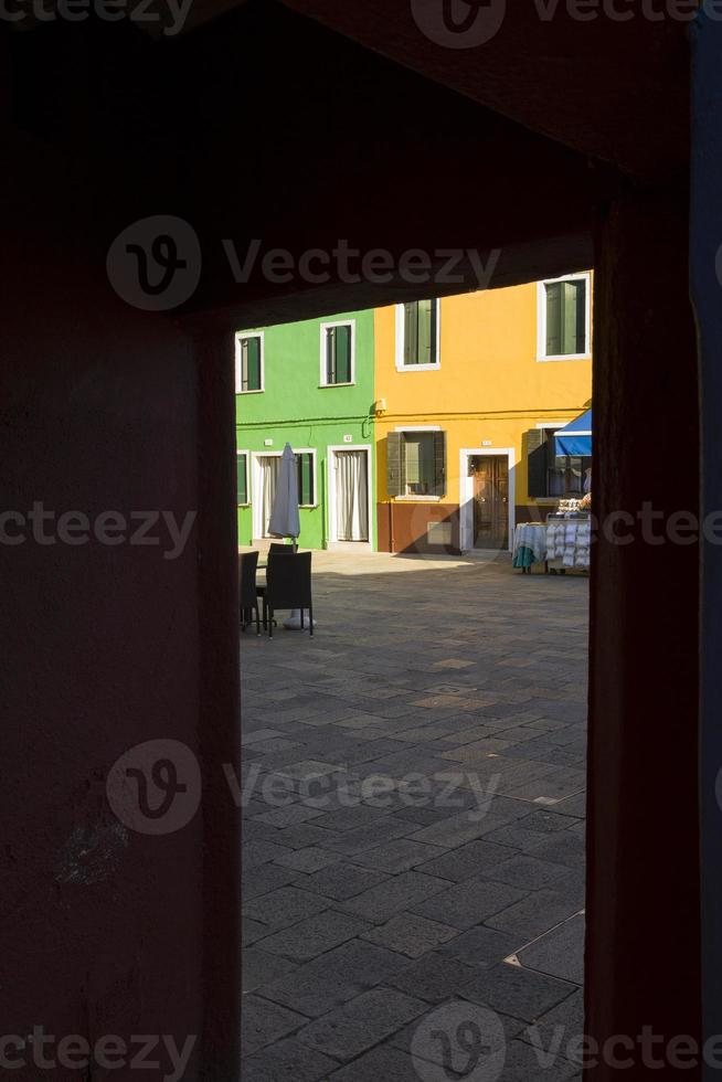 colorati edifici tradizionali a burano, venezia foto