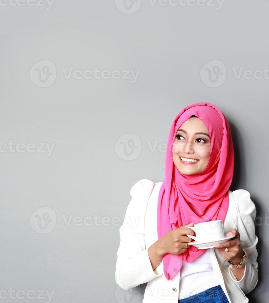 donna di pensiero che mangia una tazza di tè foto