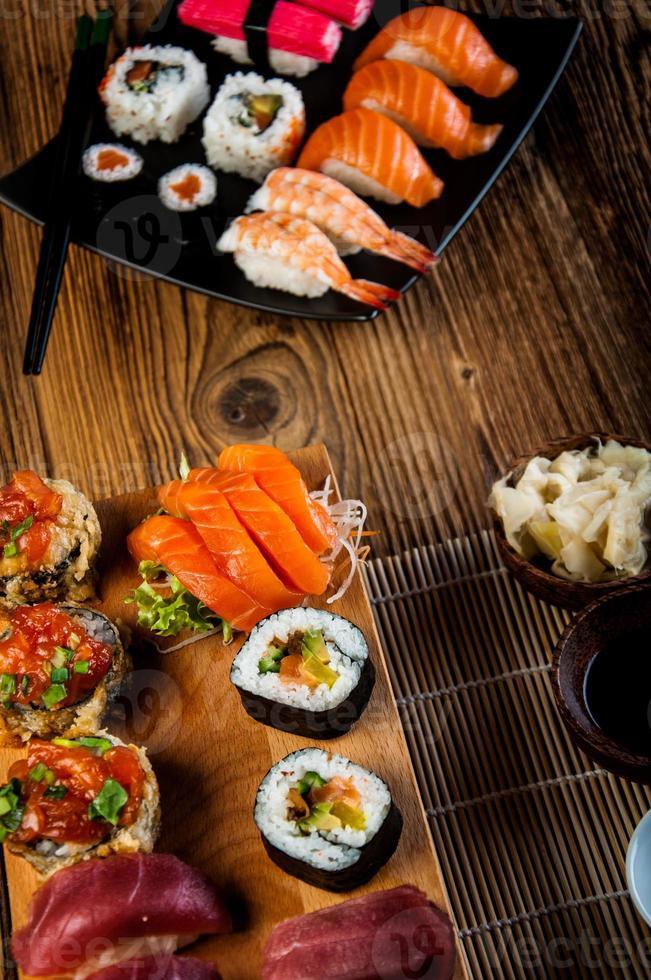 tema magico orientale con frutti di mare giapponesi, set di sushi foto
