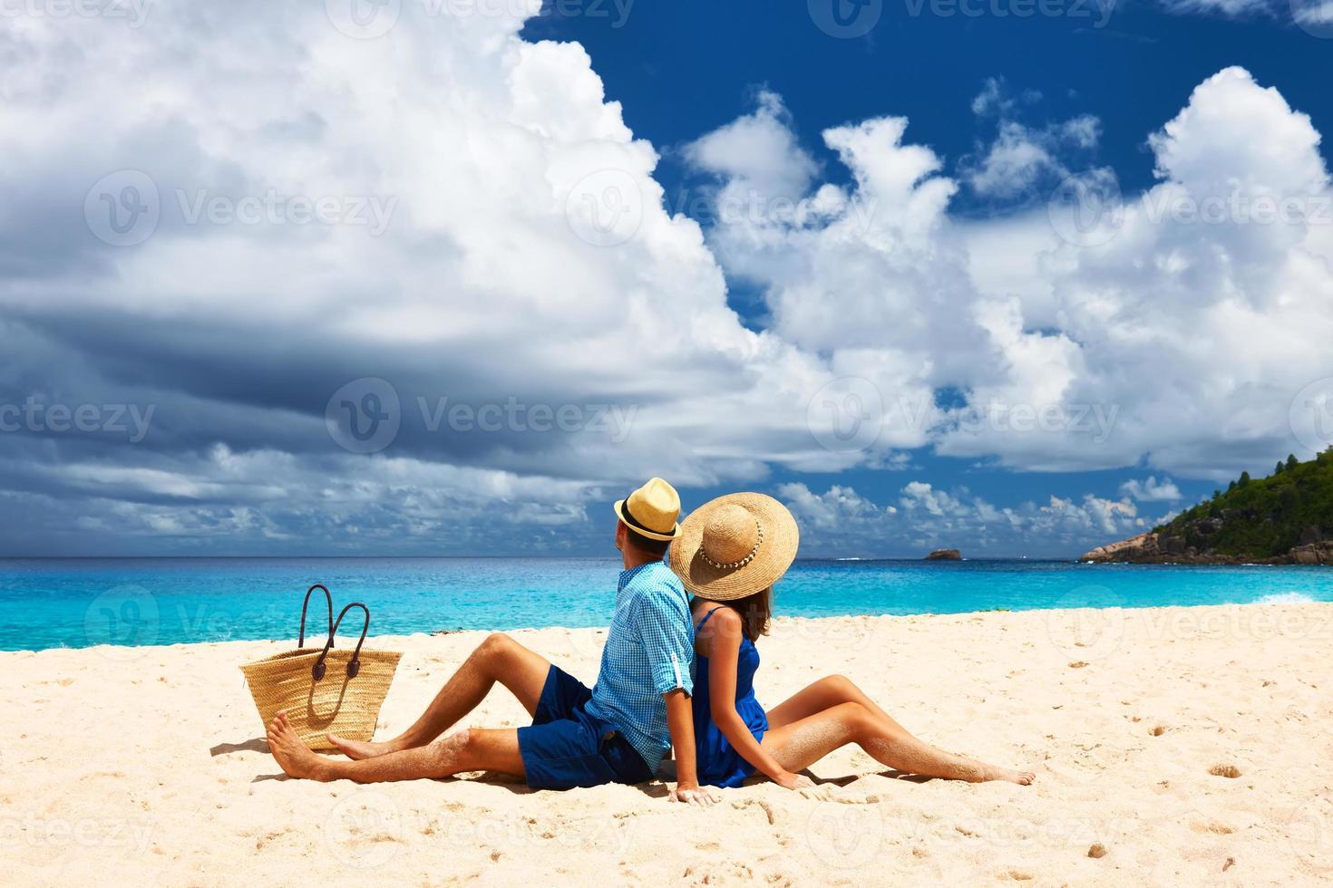 coppia su una spiaggia alle seychelles foto
