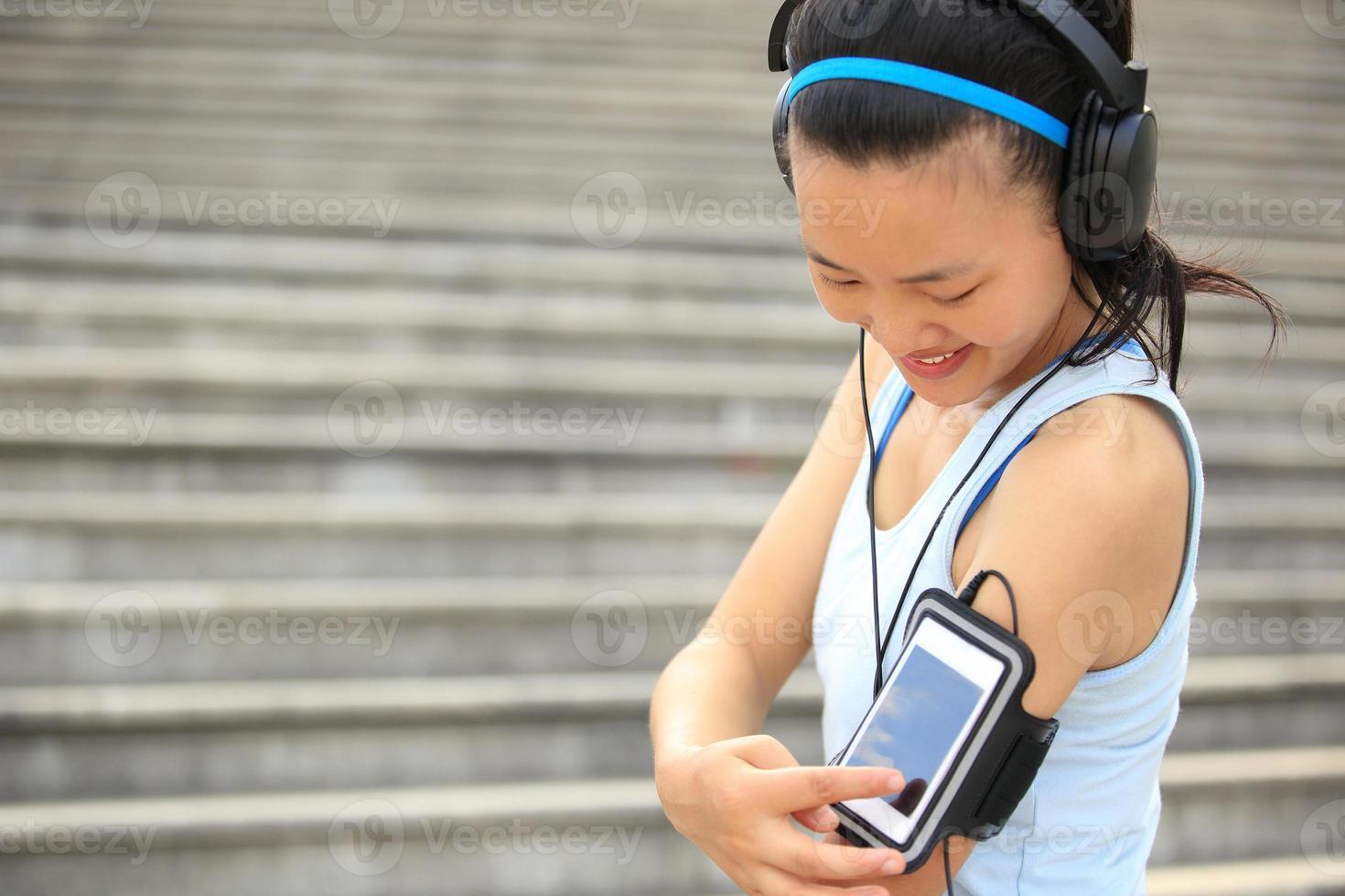 donna che ascolta la musica in cuffia da smartphone mp3 foto