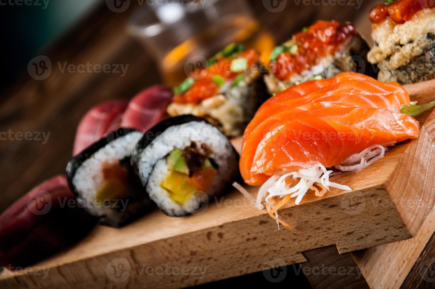frutti di mare, sushi giapponese sul vecchio tavolo di legno foto