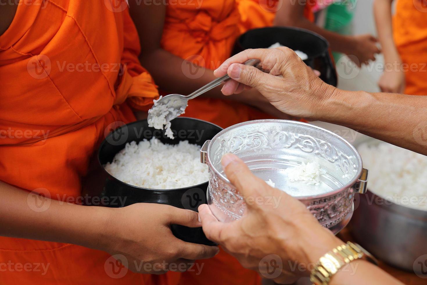 dona, fedele, fai l'elemosina a un monaco buddista, asia, thailandia foto