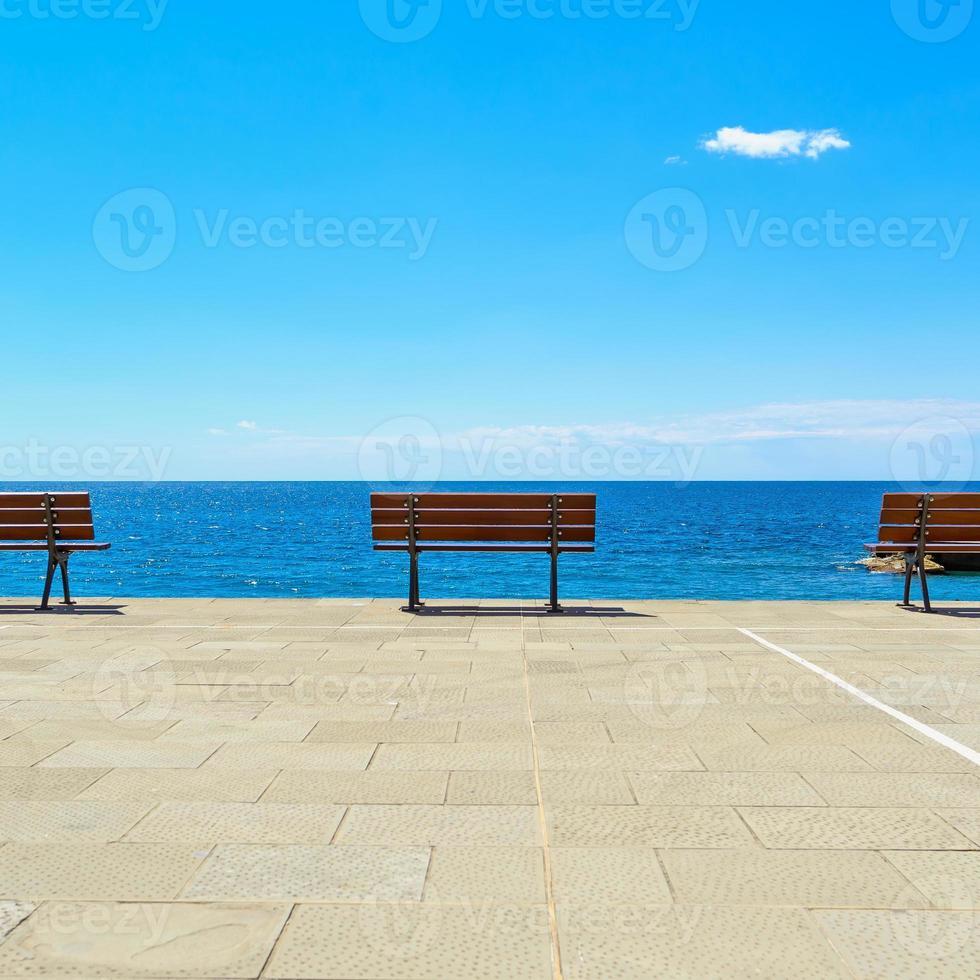panchina, terrazza e mare, liguria, italia foto