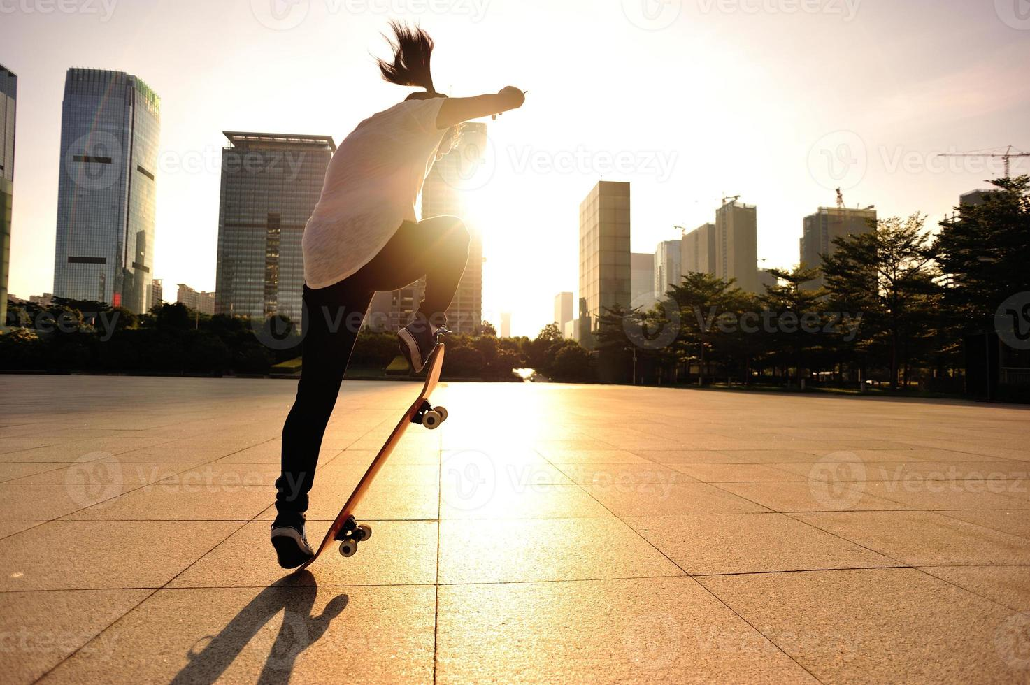 skateboard donna che salta foto