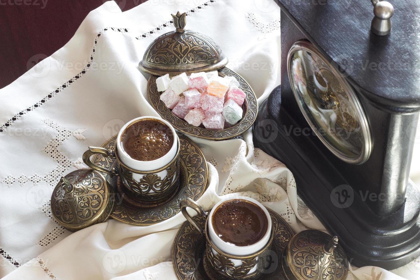caffè turco con delizia e servizio tradizionale, orologio vintage foto