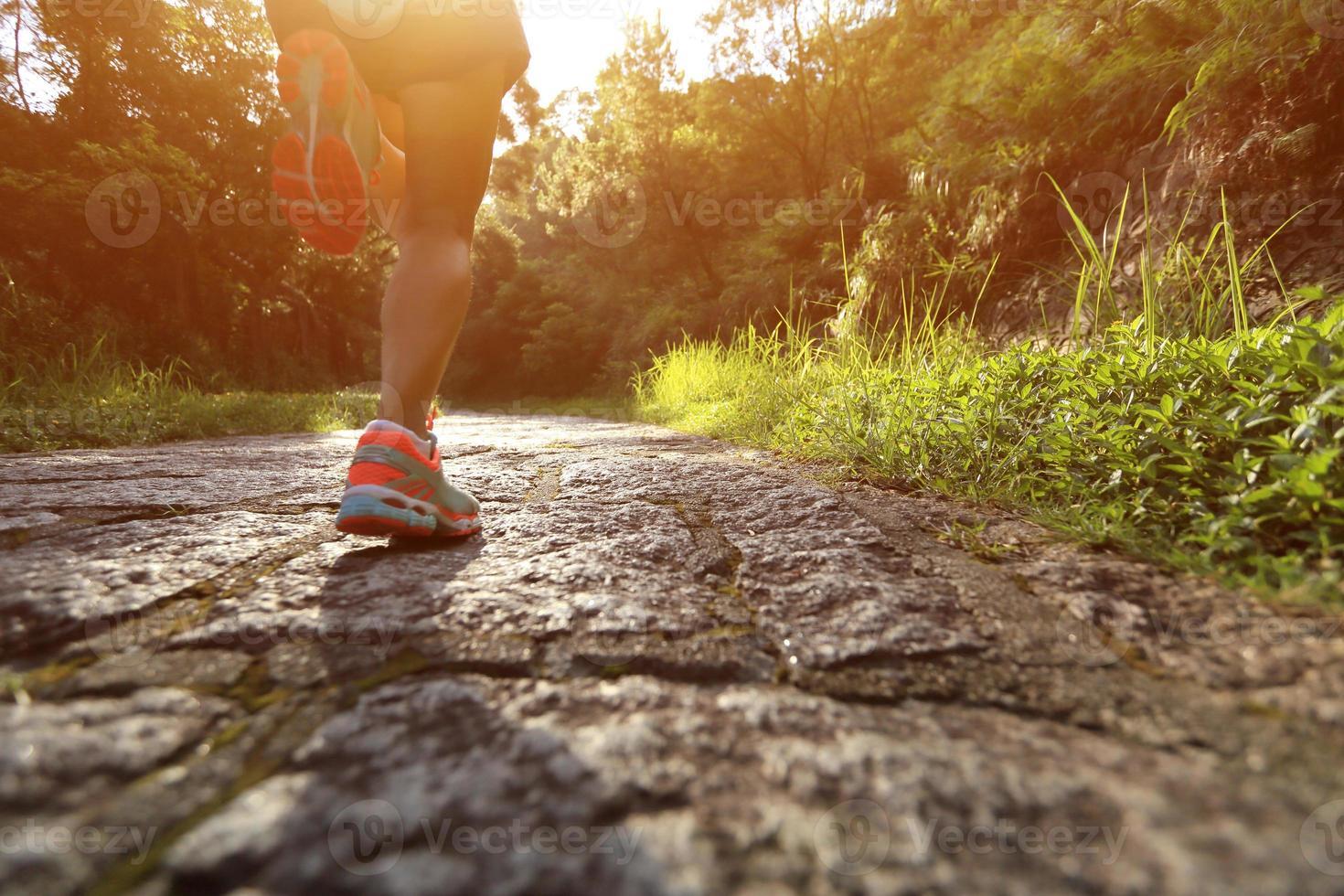 atleta corridore in esecuzione su sentiero forestale. foto