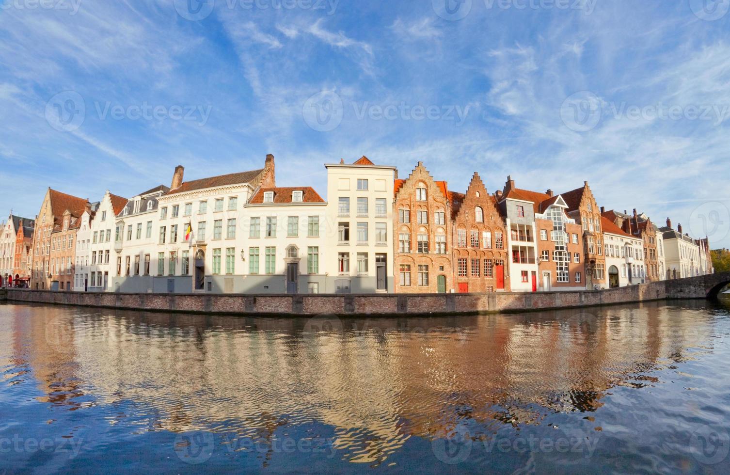 case lungo canale, bruges, belgio foto