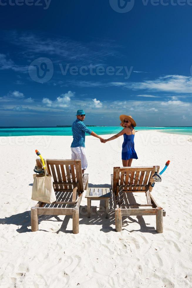 coppia in blu su una spiaggia alle Maldive foto