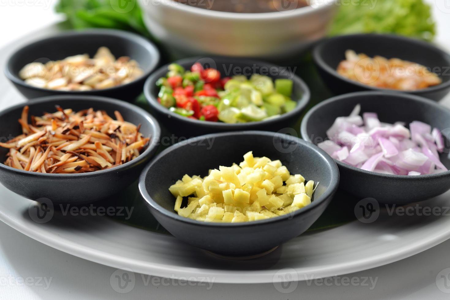 Il cibo tailandese avvolto in foglie include molte spezie al peperoncino foto
