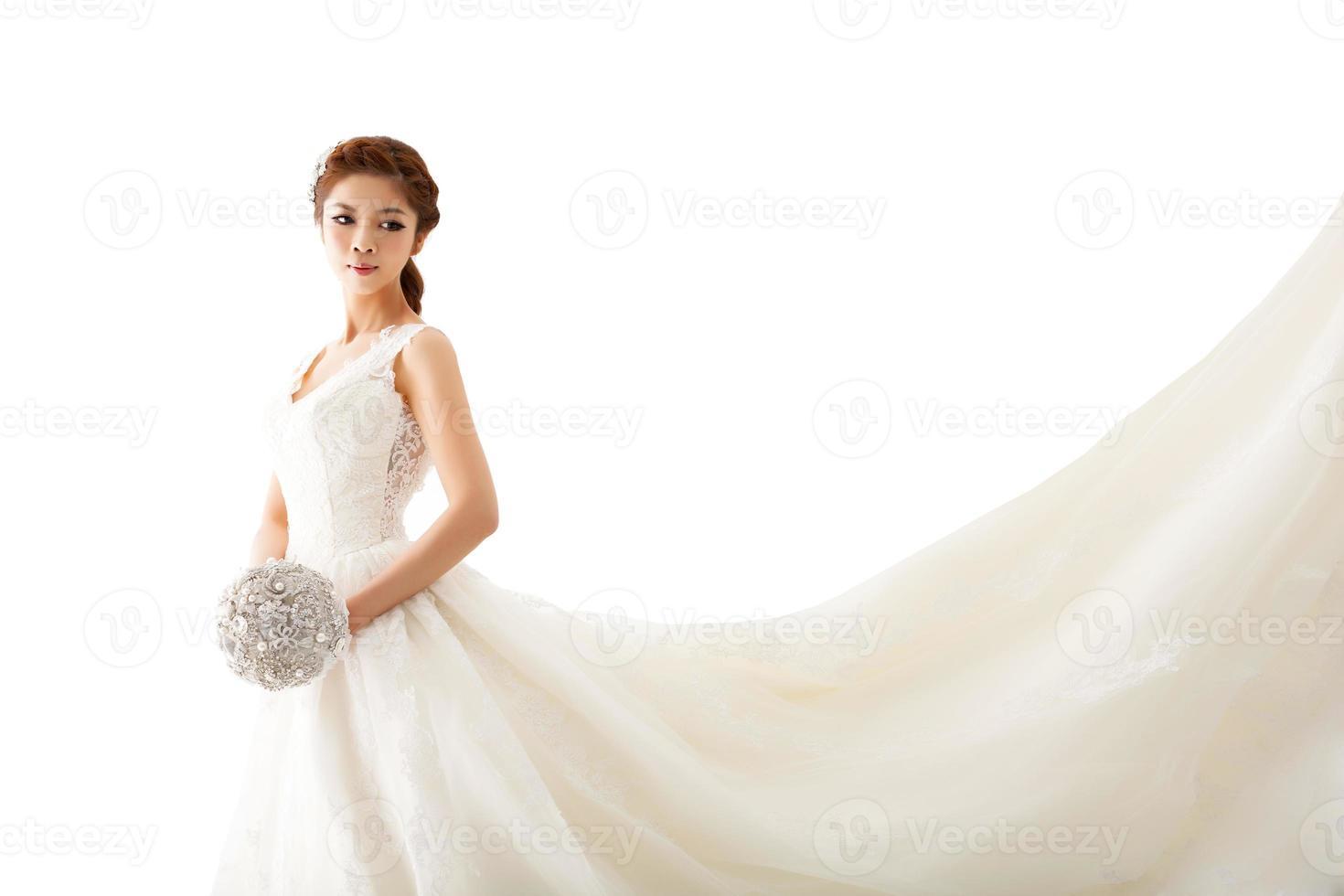 giovane sposa attraente con fiori foto