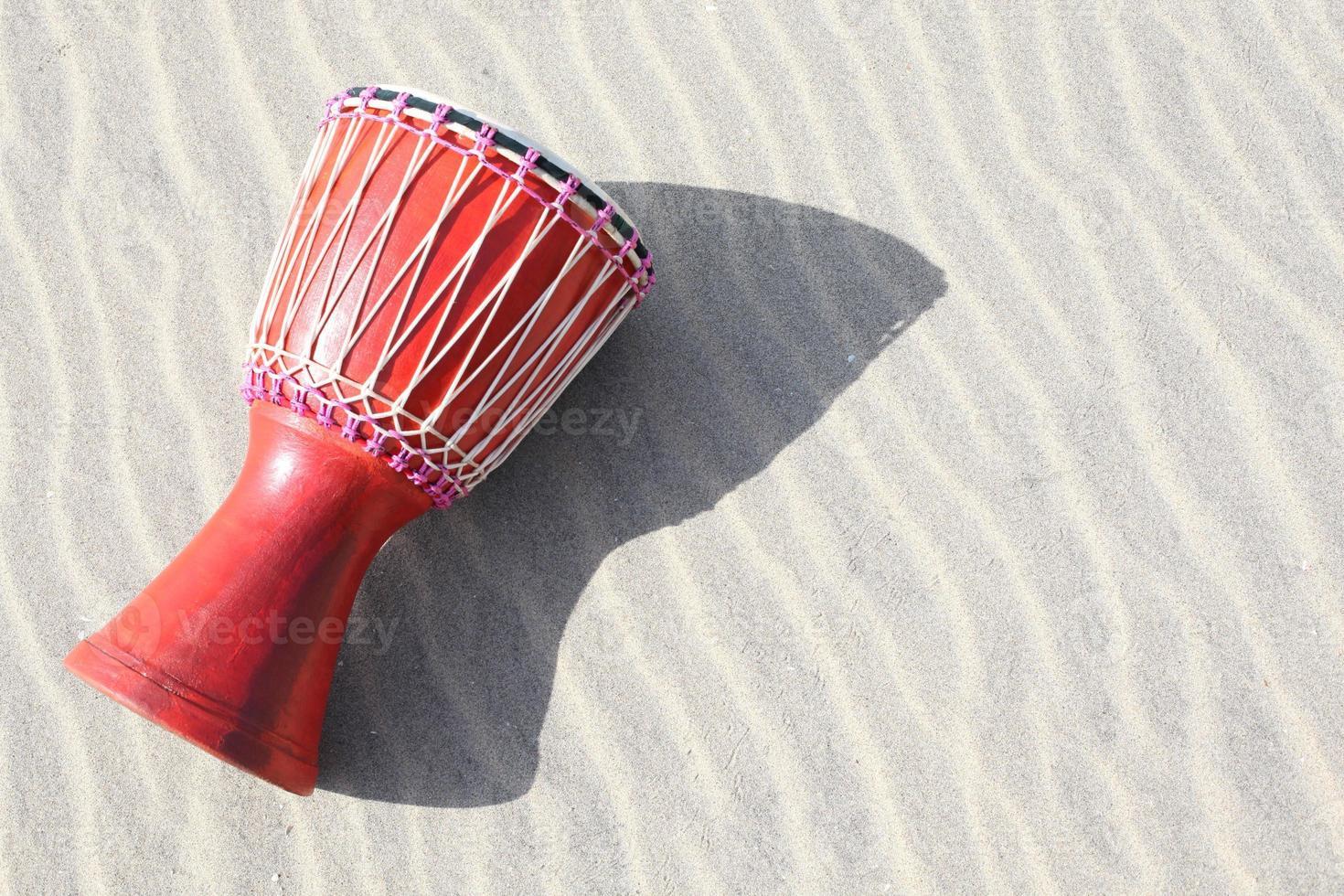 djembe sulla sabbia foto