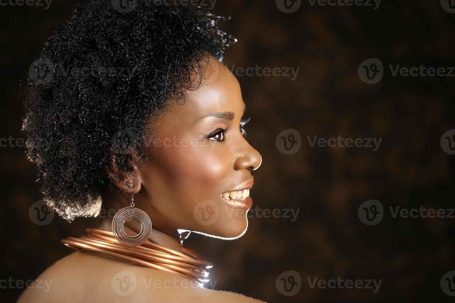 donna afroamericana bronzea con illuminazione drammatica foto