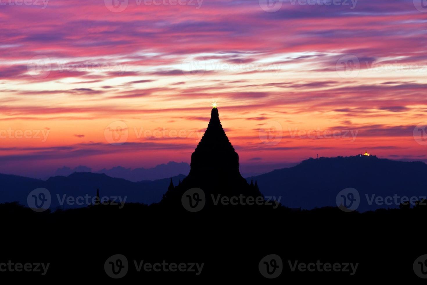 sagoma dell'antica pagoda al tramonto a Bagan, Myanmar foto