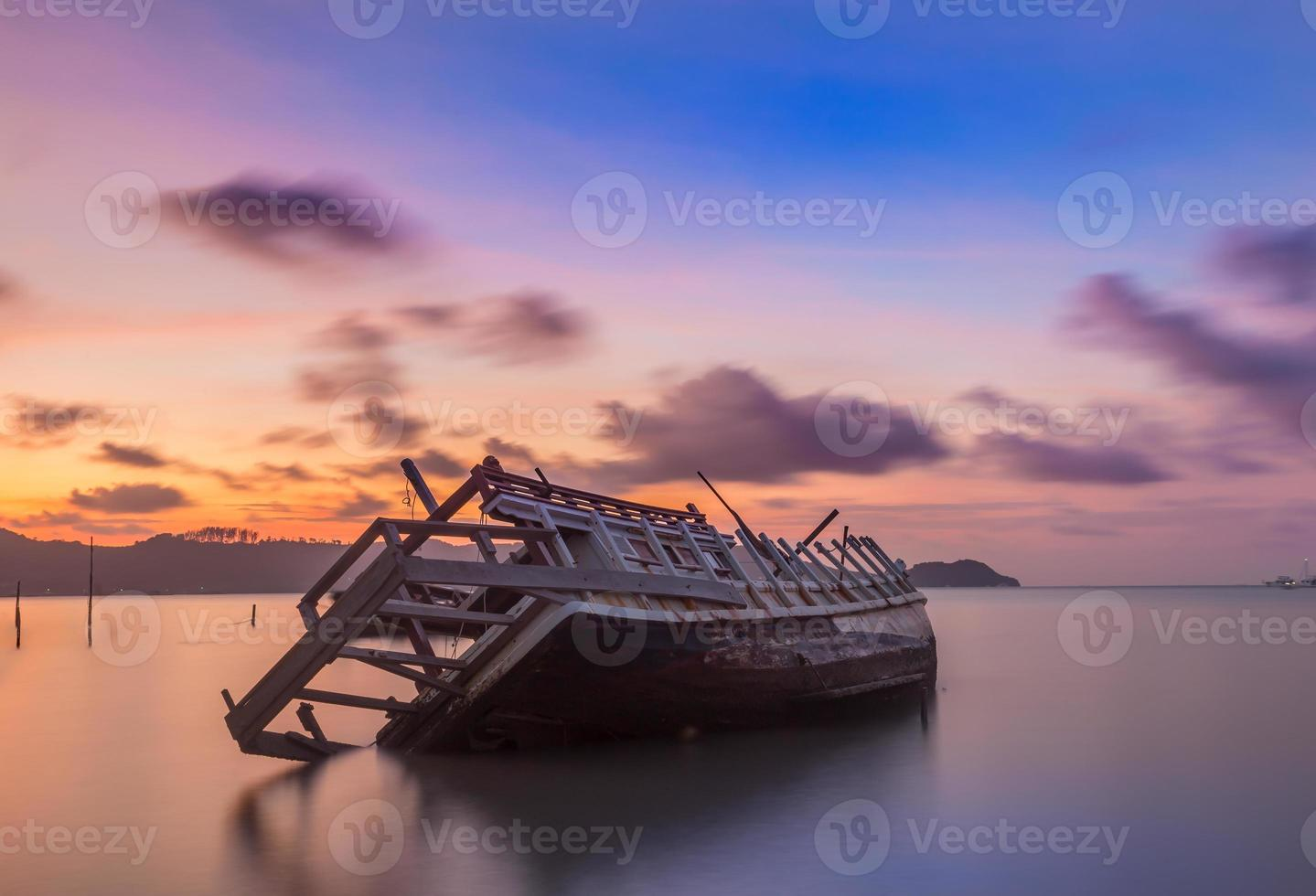 peschereccio abbandonato al tramonto, Tailandia. foto