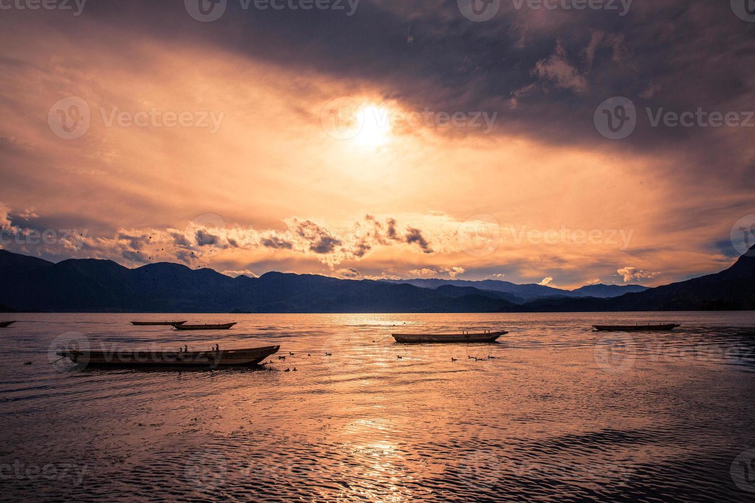 tramonto sul lago lugu foto