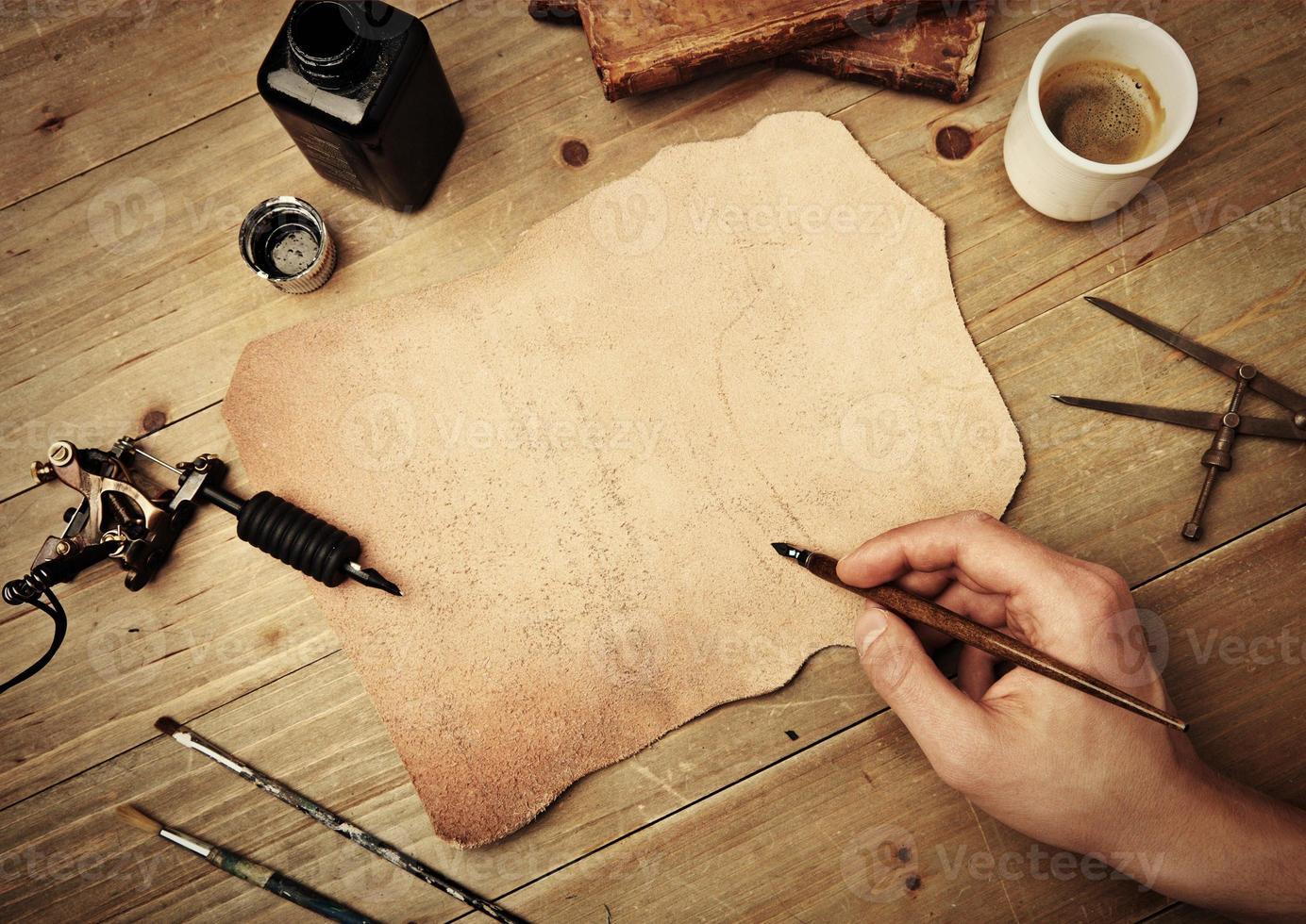 disegno a mano su un pezzo di pelle foto