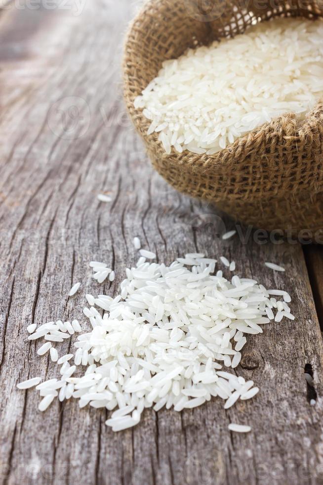 riso crudo in un piccolo sacco di iuta. foto
