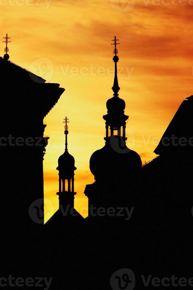 Siluette delle torri nel centro storico di Praga al tramonto foto