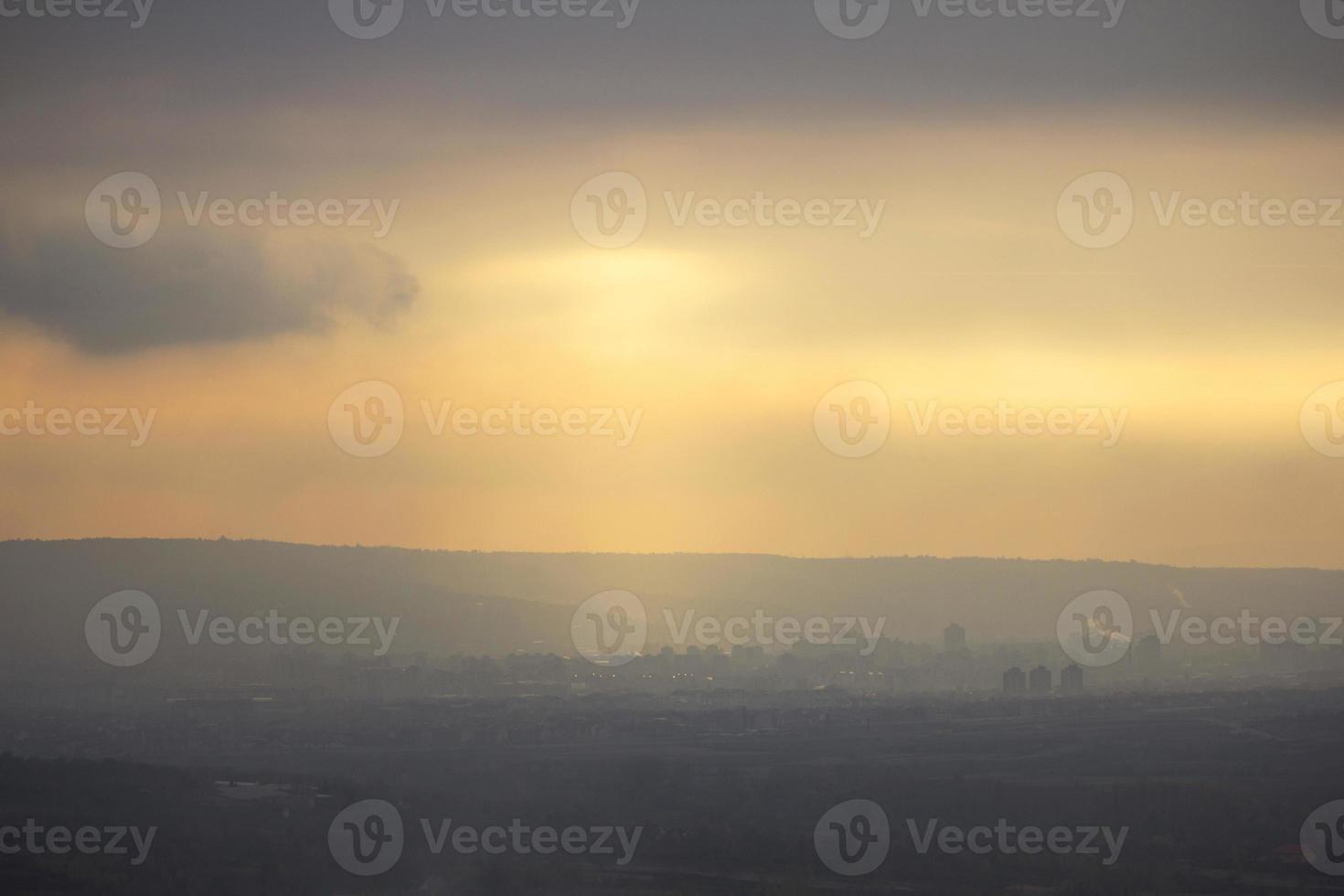 sagome di città durante il tramonto foto