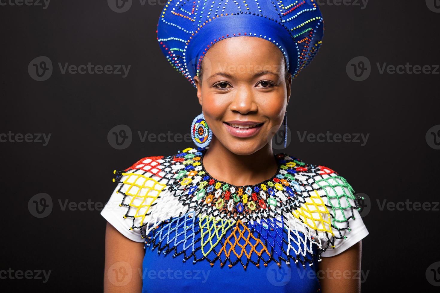 Ritratto di donna africana su sfondo nero foto