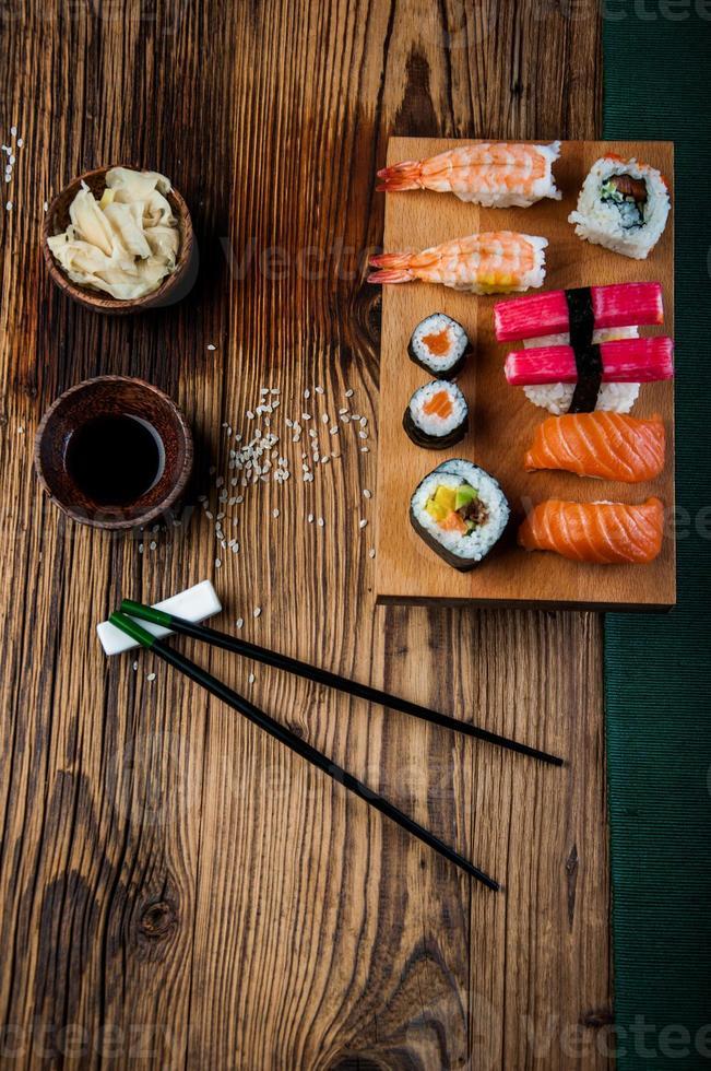 set di sushi gustoso, fresco e sano foto