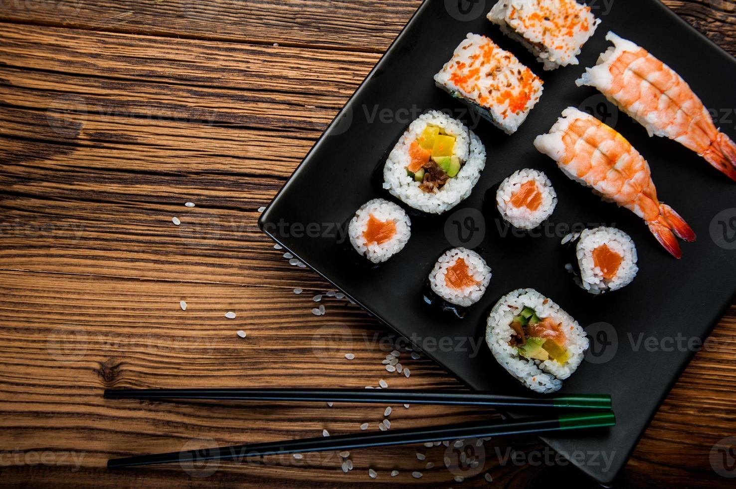 frutti di mare giapponesi, set di sushi foto
