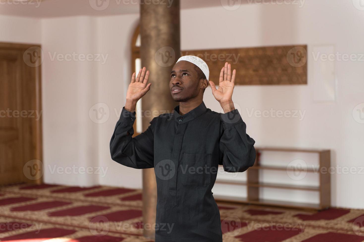 giovane ragazzo musulmano africano che prega foto