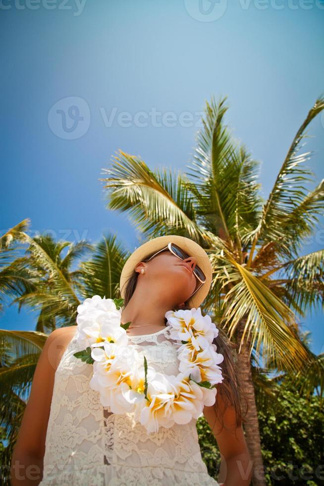 bella ragazza in posa sulla spiaggia sotto il sole caldo foto