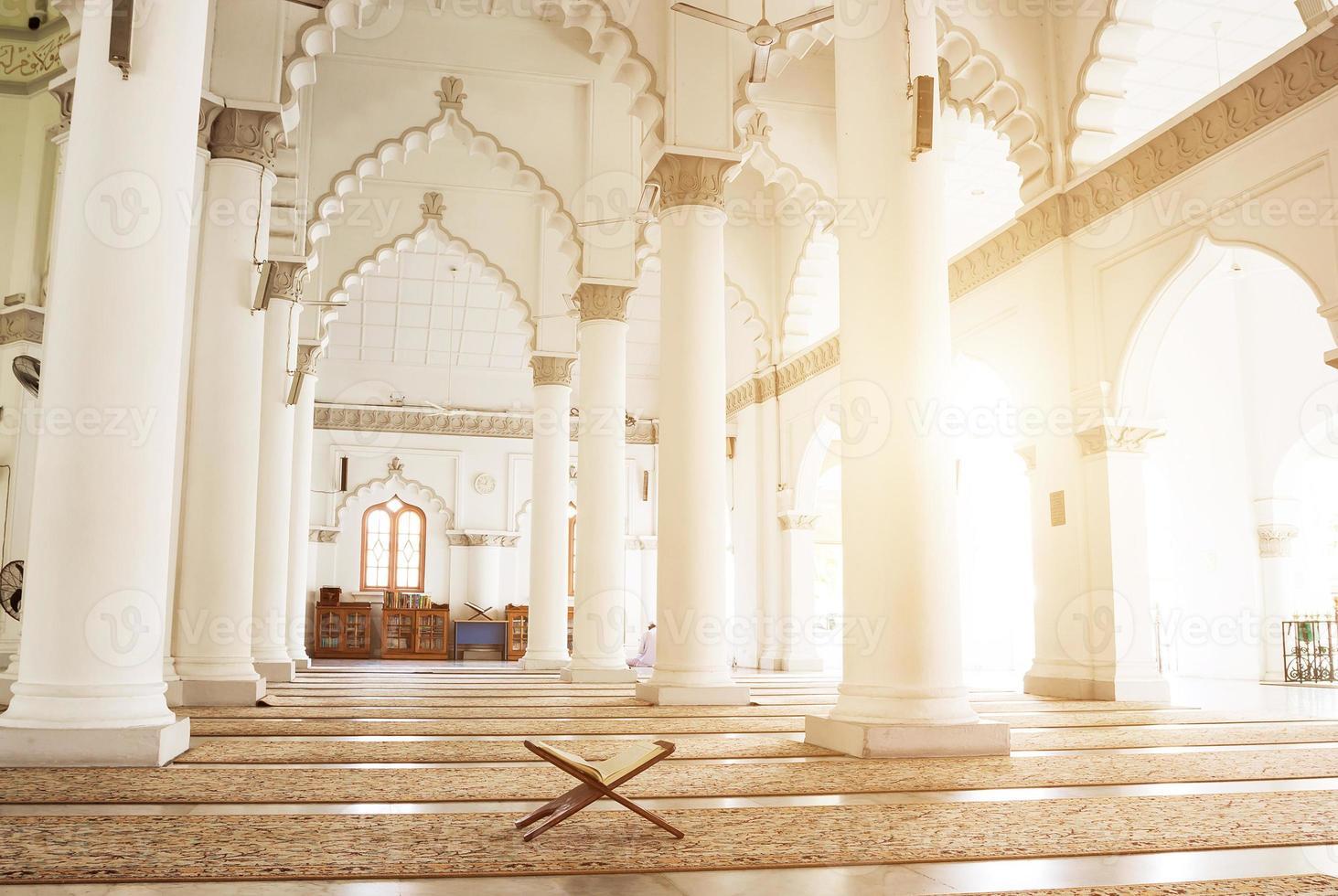 interno della moschea malese foto