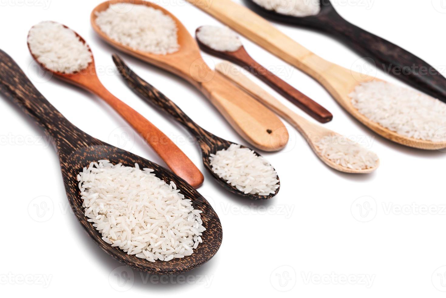 set di diversi cucchiai di legno con riso bianco foto